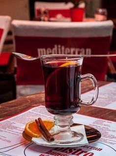 冬のクリスマス前後、冷え込んだヨーロッパの街を歩くと、街角に必ずあるのがホットワインの屋台です。アメリカではモルドワイン、フランスではヴァン・ショー、ドイツではグリューワインの名前で呼ばれていて、冬の厳しい寒さを乗り切る大人の飲み物として定着しています。