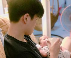 Father And Baby, Dad Baby, Cute Baby Boy, Cute Little Baby, Baby Boy Newborn, Little Babies, Cute Kids, Baby Kids, Cute Asian Babies