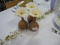 tafelversiering voor gouden bruiloft ballonnetje gevuld met zand en een puppetje erin voor bloemetje