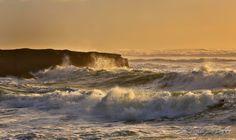La potenza dell'oceano vicino a città di Greymouth, Nuova Zelanda.