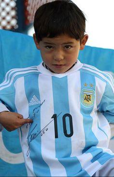 Avec ses nouveaux maillots sur le dos, Murtaza ne cache pas sa fierté. Le petit Afghan qui avait ému les internautes en utilisant un sac plastique en guise de maillot pour jouer à son sport préféré, le football, voit désormais son quotidien être égayé.