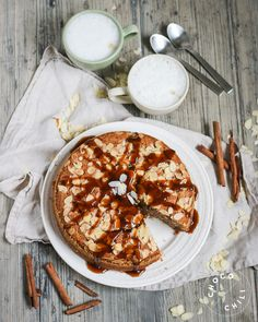 Manteli-taatelikakku kaurakinuskilla | Chocochili Date Cake, Vegan Caramel, Sweet Life, Camembert Cheese, Almond, Sweet Treats, Dairy, Sugar, Desserts