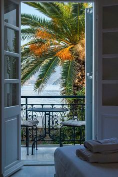 Wake up into this earthy paradise and feel the breeze cooling your face. This is truly a holiday-feeling. Wooden Windows, Shades Of Beige, Summer Breeze, Beach Hotels, Earthy, Patio, Traditional, Mansions, Cool Stuff
