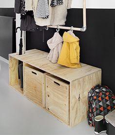 Een simpele opbergkist van underlayment voor onder de kapstok. Een goed idee van KARWEI voor de hal!
