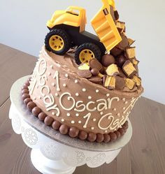 I feel like this would make a great smash cake for photos! Give the kiddo something to drive on the cake and play with it, make for some cute pictures! Dump Truck Cakes, Truck Birthday Cakes, Birthday Cake Girls, Birthday Ideas, Happy Birthday, Rodjendanske Torte, Decoration Patisserie, Cake Decorating Tips, Cakes For Boys