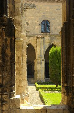 Cloister, Narbonne, Languedoc-Roussillon, France.  Photo: Sigfrid Lopez via Flickr.
