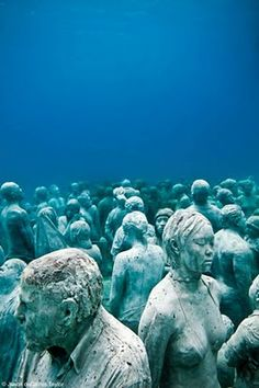 Jason deCaires Taylor makes cement sculptures of ppl and sinks them in the ocean, where they become coral reefs. This is creepy and neat! Underwater Sculpture, Underwater Art, Sculpture Art, Sculpture Museum, Underwater Photographer, Robot Concept Art, Nature Artists, Ancient Mysteries, Gif Animé