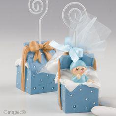 Portafotos de bebe en una cajita de regalo.