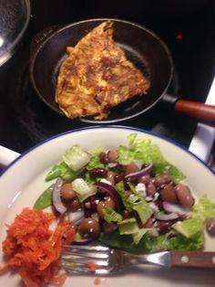 Spansk Tortilla med syrade morötter och en fräsh bönsallad. Enkelt och gott. I Tortillan har jag hackad jalapeno och paprika förutom lök, potatis och ägg.