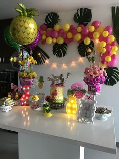 Decoración flamenco con piña Hawaiian Birthday, Flamingo Birthday, Luau Birthday, Flamingo Party, Luau Theme Party, Aloha Party, Birthday Party Decorations, Tropical Party Decorations, 13th Birthday Parties