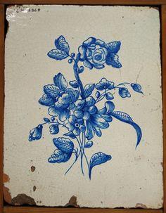 Acc. kat: Kakelplatta dekorerad med blombukett i blått. Har hört till en kakelugn i gården S. Kungsgatan 23, Gävle.    Tillägg 2007: Motivet väldigt likt GM 4211 c.