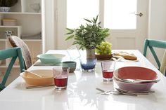 Erwiesene Sache: Bunte Farben und ein Mix aus verschiedenen Stilen heben schon beim Betreten eines Raumes die Stimmung. Perfekt also für alle Zimmer, in denen man oft zusammensitzt! Und so gelingt der fröhliche Mix: Zu verschieden farbigen Stühlen passt buntes Geschirr, allerdings sollten sich die Nuancen wiederholen. Materialien (z.B. Glas oder Keramik) und Muster dürfen aber ruhig gemischt werden!