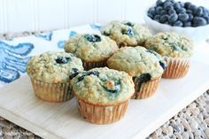 Banana Blueberry Oat Muffins (really good, would try to use less oil and sub greek yogourt or applesauce - made 12 large & 12 mini) Blueberry Oat Muffins, Mini Banana Muffins, Blueberries Muffins, Healthy Snack Options, Healthy Desserts, Poulet Caprese, Breakfast Recipes, Breakfast Muffins, Sweet Bread