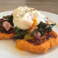 This is such a tasty breakfast Sweet potato hash browns with poached egg and bacon Tag a friend below who would like this #Leanin15 ☺️