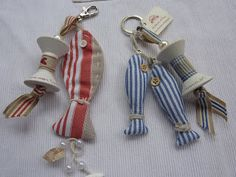 La cabaña de Pusy Fabric Fish, Felt Fabric, Fabric Scraps, Spool Crafts, Sewing Crafts, Sewing Projects, Diy Keychain, Keychains, Sewing To Sell