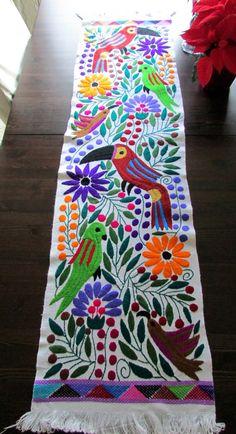 Camino de mesa tejido a mano en telar de cintura, bordado a mano de Chiapas, Textil Mexicano, color blanco y colorido Tucan, aves y flores.