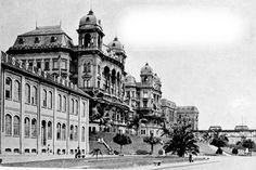Vale do Anhangabaú. Na sequência da esquerda para a direita os dois palacetes Prates, o edifício na esquina com o viaduto do Chá também demolido e podemos ver o antigo  Viaduto do Chá com dois bondes. Ou seja, nada do que aparece na foto restou para contar história...