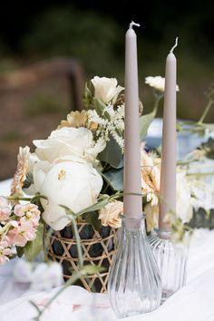 Ein Hauch Nostalgie mit goldenem Besteck, das einen nordischen, modernen Look bringt. Zarte Floristik, weich fließende Farben und geometrische Details.Mehr im Blog! #tischdeko #vintagehochzeit #fineartwedding #hochzeitskiste #hochzeitsideen2021 #hochzeitsdekoidee #hochzeitstipps #hochzeitsblog #tischdeko #hochzeitsdeko #weddingideas #hochzeitstrend #hochzeitstrends #hochzeitstrends2021 #hochzeitplanen #realwedding #realweddingmoments #realweddinginspiration #hochzeitsblumen #blumendeko Candles, Blog, Wedding Vows, Flatware, Nostalgia, Colors, Candy, Blogging, Candle Sticks