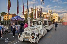 Image from http://holeinthedonut.smugmug.com/DailyPhotos/HITD-Daily-Photos/i-HJmTcwL/0/O/Italy-Sorrento-Little-white-train-on-Piazza-Tasso.jpg.