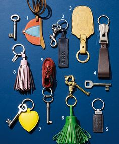 새 출발, 새 물건 : 네이버 매거진캐스트 Leather Art, Leather Gifts, Leather Design, Leather Jewelry, Leather Key Holder, Leather Keychain, Accessoires Divers, Leather Projects, Small Leather Goods