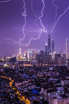 Lightning storm over a city All Nature, Science And Nature, Amazing Nature, Tornados, Thunderstorms, Cool Pictures, Cool Photos, Beautiful Pictures, Beautiful World