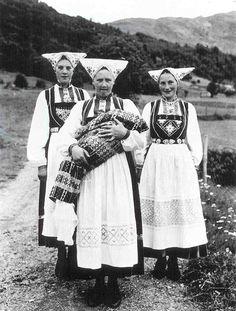 Women from Voss, western Norway.    Learn more: http://juliekrose.blogspot.com/2012/02/world-of-oleanna-norwegian-nationalism.html