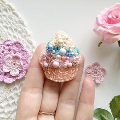 Как вам такая малюточка? Правда, прелесть? Оказывается маленькие брошки капкейки ещё даже милее, чем большие! Одевала ее на шапочку - так классно! А ещё она сверкает!✨ * Размер 4,5*3,5 см Расшита кристаллами и хрустальными бусинами Swarovski 2.000 руб * Больше фото @shantual_shop Все о доставке @shantual_info Отзывы @shantual_reviews