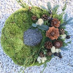 Tomb wreath – World of Flowers Christmas Plants, Christmas Tree Ornaments, Art Floral, Easter Flower Arrangements, Flower Factory, Grave Decorations, Types Of Plants, Small Gardens, Door Wreaths