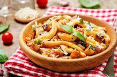 Le casarecce alla siciliana sono un primo piatto profumato e dal sapore coinvolgente. Ecco la ricetta ed alcuni consigli