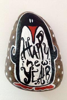 Sasso di fiume dipinto a mano: Pinguino per gli auguri di Capodanno