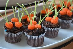 carrot patch cupcakes~ dip mini marshmallows in candy melts. the cupcakes are covered in crushed Oreos {via bedifferentactnormal} Cupcake Cakes, Holiday Treats, Holiday Recipes, Desserts Ostern, Cupcake Tutorial, Easter Cupcakes, Dirt Cupcakes, Garden Cupcakes, Goodies