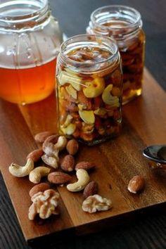 栄養たっぷりのナッツと喉に優しい蜂蜜が1つになったらとってもおいしくなりました。 少し柔らかくなったナッツと甘い蜂蜜が疲れた体を癒してくれます。 風邪をひきやすい季節の変わり目の強い味方手作りの《ナッツ蜂蜜》を作ってみませんか?