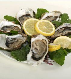 ¿Te apetece darte un capricho? Te proponemos una caja con 25 ostras asturianas. Ostras procedentes de la ría del Eo.  http://www.mumumio.com/tienda/acueo-ostras-del-eo/ostras/ostras-del-eo-acueo-caja-25