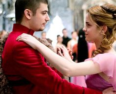 Hermione Granger et Viktor Krum - Harry Potter Stanislav Ianevski, Saga, Yule Ball, Hermione Granger, Ball Dresses, Hogwarts, Couple Photos, Couples, Harry Potter Film