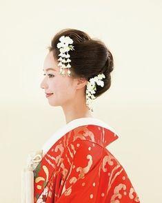 つまみかんざしを華やかにあしらった日本髪風ヘア/Side Korean Hairstyles Women, Asian Men Hairstyle, Girl Hairstyles, Wedding Hairstyles, Japanese Hairstyles, Asian Hairstyles, Wedding Hair And Makeup, Bridal Makeup, Bridal Hair