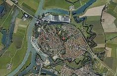 Plattegrond door een luchtfoto. Een deel van de verdedigingswerken is nog duidelijk te herkennen