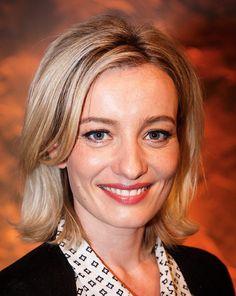 Karina Smulders 04-06-1980  Nederlandse actrice. Zij verwierf in 1996 bekendheid als Lotje Konings in de soapserie Onderweg naar Morgen. In 1998 verliet ze de serie voor de Toneelschool in Amsterdam. Zij studeerde in 2002 af. Karina is de vrouw van Fedja van Huet en samen hebben ze een dochter.