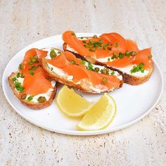 Smoked salmon is one of my favourite things so I was stoked to see smoked salmon and cream cheese on toast on the #iqs8wp breakfast menu. I added capers to the chives too, and used up the little bitty end pieces of my sourdough. Plus the kids slept in until 7:30 instead of their usual 6am. Yeahhhhhhh!!!