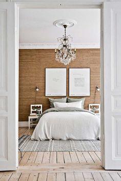 Спальня с отделкой стеновыми панелями из бамбука