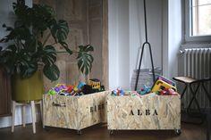 REALISER DES CAISSES À JOUETS DÉCO – Le blog mode de Stéphanie Zwicky Home And Deco, Decoration, Paper Shopping Bag, Diy, Blog, Home Decor, Make A Stencil, Flat Brush, Wood Cutting