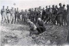 1941, Russie, Des soldats allemands regardent des POWs russes creuser une fosse