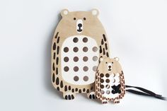 Velký+medvěd+-+dřevěná+provlékací+hračka+Velká,+dřevěná+provlékačka+aneb+Upleť+medvědovi+svetr+je+didaktická+hračka+pro+děti+na+podpoření+jemné+motoriky.+Medvěd+je+vyřezán+do+tvrdé,+bukové,+8+mm+široké+překližky.+Dřevo+je+natolik+tvrdé,+že+nehrozí+odkousnutí+či+odštípnutí+vrstev.+Hračka+je+hladce+obroušena.+Velikost+medvěda+je+120+×+185+mm.+Použitá...