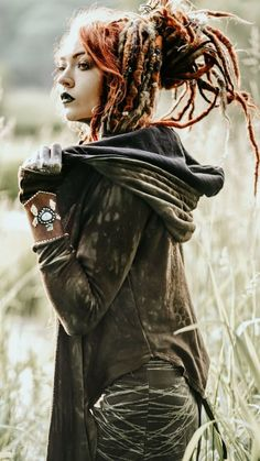 Mes filles inc. Dreads Girl, Messy Braids, Witch Fashion, Dreadlock Hairstyles, Boho Girl, Foto Pose, Fantasy Girl, Poses, Boho Outfits