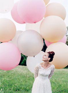 les ballons géants dans des teintes rose , saumon et blanc : une idée originales pour vos photos de mariage