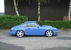 Deze Porsche 964 RS prototype uit 1998 in de spectaculaire kleur Maritime Blue wordt te koop aangeboden in Engeland. De De kilometerteller geeft...