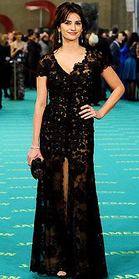 Who made Penelope Cruz's black long lace dress and shoes?