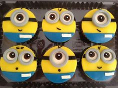 Throw a kid's party with the Despicable Me Inspired Cupcakes. Kids will be amazed and mesmerized by these awe-stricken cupcakes! Get an A+ from the kids when you try these not just delicious but cute cupcakes. Fondant Minions, Cupcakes Dos Minions, Despicable Me Cupcakes, Despicable Me Party, Minions Despicable Me, Minion Party, Funny Minion, Funny Jokes, Fondant Cupcakes