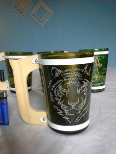 Dibujos tallados a mano. Reciclado de botellas de vidrio. Mugs, Tableware, Ideas, Recycled Bottles, Glass Bottles, Drawings, Art, Dinnerware, Tumblers