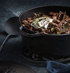 Chili med mörk choklad och chipotle. 6 personer Tid: 3 timmar och 45 minuter  Det låter kanske konstigt med choklad i chiligryta, men det är innan du testat! Ger en fyllig och härlig smak....