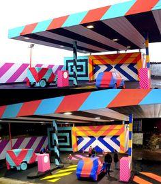 INTERVENÇÃO URBANA - Ultimamente o grafiti vem sendo bastante usado como forma de revitalização de lugares que atualmente estão em desuso ou abandonados.  E foi exatamente isso que o grafiteiro Maser fez em um posto de gasolina de Limerick, na Irlanda. Usando cores super vivas e listradas, ele transformou completamente o posto em uma verdadeira instalação de pop art! A arte faz parte de uma série de intervenções que tem como finalidade a re-invenção de espaços públicos abandonados.